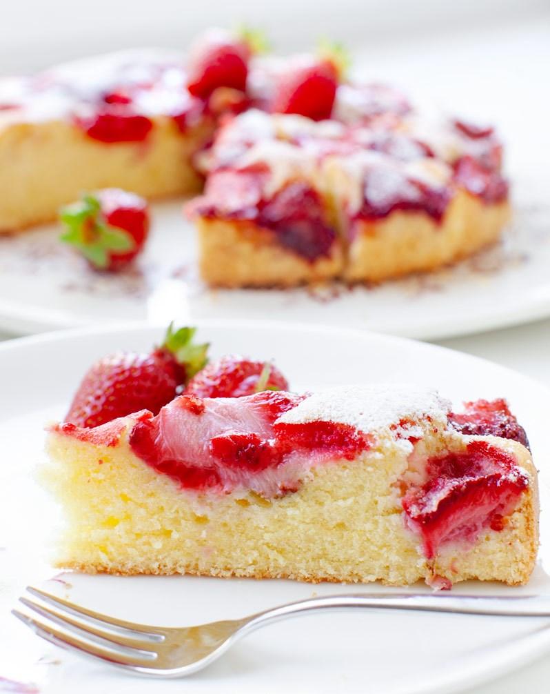 weicher-kuchen-mit-erdbeeren