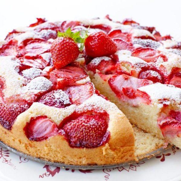 Weicher Kuchen mit Erdbeeren