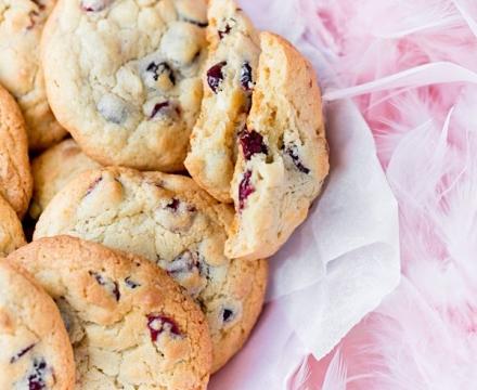 Kekse mit weißen Schokolade und getrockneten Preiselbeeren